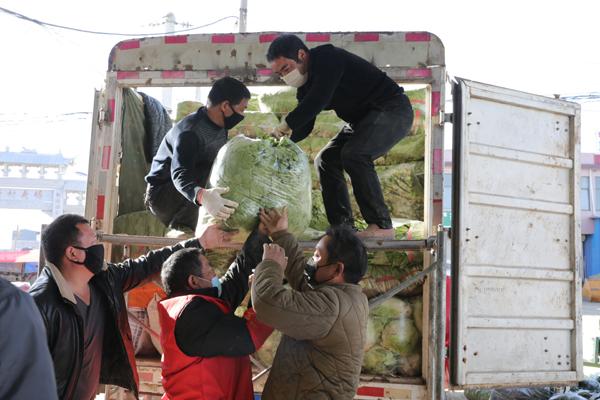 10多种新鲜蔬菜共9余吨,捐献给抗疫情一线的勇士们。.jpg